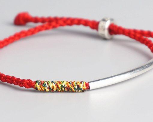 Détail Bracelet Tibetain Rouge Tressé à la Main